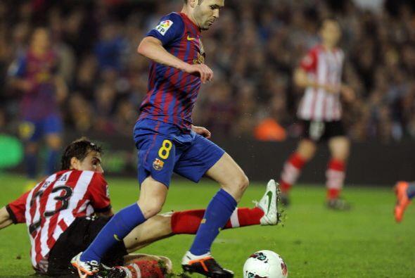 Pero antes del cierre de la primera mitad, Andrés Iniesta abrió el marca...