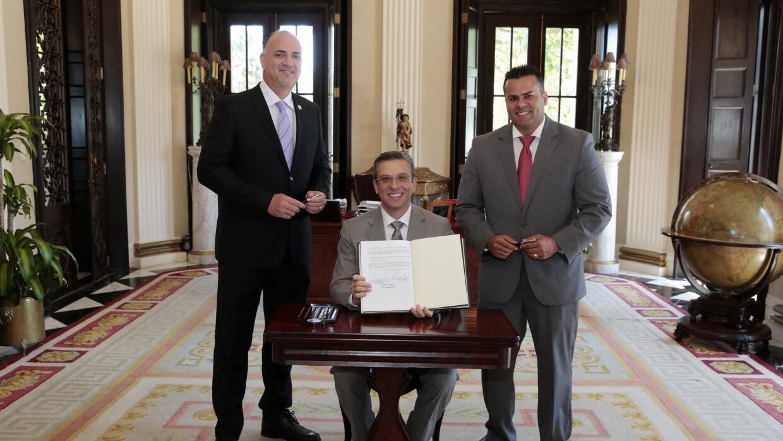 Alejandro García Padilla tras la firma en La Fortaleza