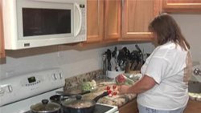 Mama cocinando despues de llegar del trabajo