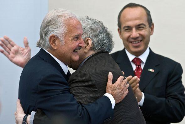 García Márquez abraza al escritor Carlos Fuentes junto al...