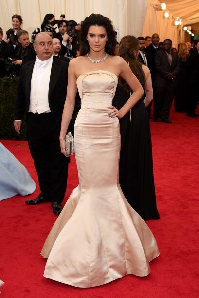 Kendall Jenner llegó arrasando con este vestido corte sirena de Top Shop...