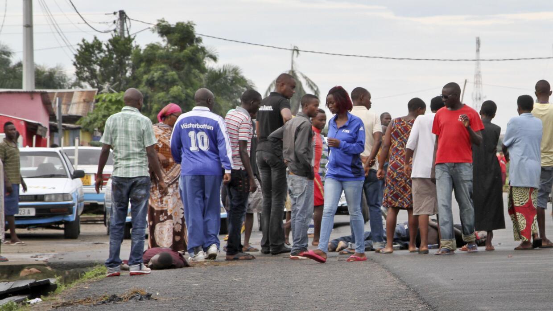 Testigos caminan entre los cuerpos en Nyakabiga.