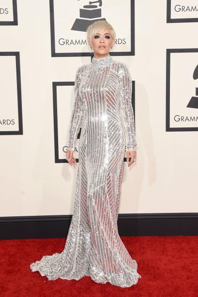 Tapada de pies a cabeza, este año, Rita Ora no quiso pertenecer a las mu...