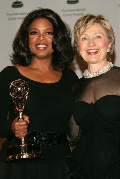 Recibiendo un premio Emmy junto a Hillary Clinton en noviembre de 2005....