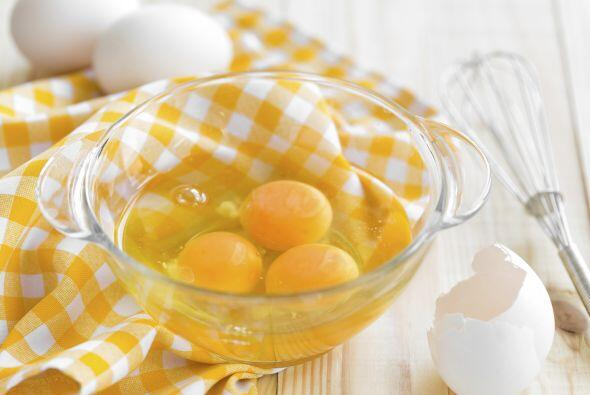 Bate los huevos y agrégalos. Cocínalos hasta que estén bien hechos. Cond...