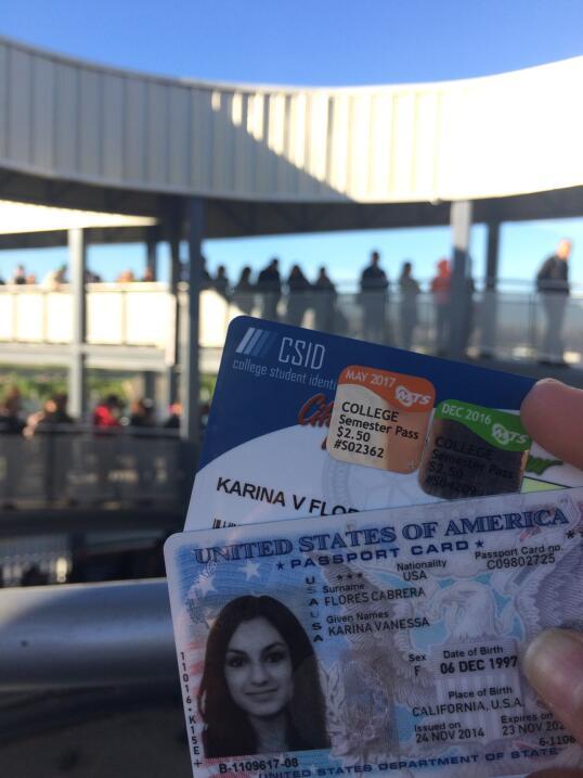 Documentos de una joven transfronteriza.
