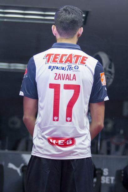 La playera tiene la leyenda #graciasTec arriba del número y apellido del...