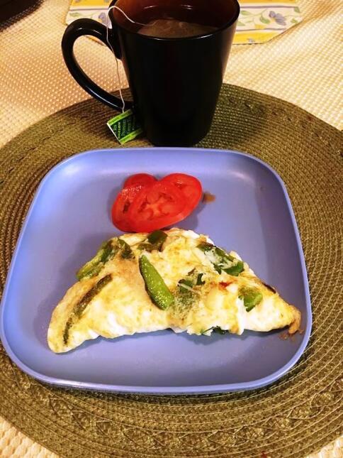 Tortilla de huevo de Cecy Ramírezcon viene con espinacas y tomate.