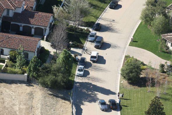 Las patrullas afuera del hogar de Justin.  Mira aquí los videos m...
