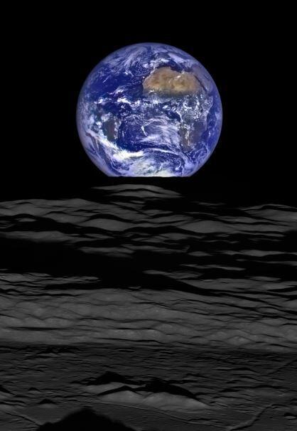 La nueva imagen muestra el superficie de la luna en el primer plano, con...