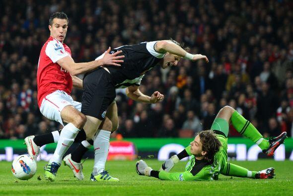 Robin van Persie vive uno de sus mejores momentos como goleador, pero la...