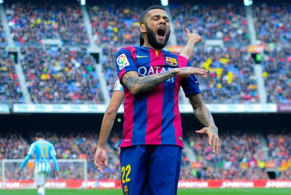 Alves protestó con vehemencia pidiendo tiro de esquina en otra jugada.