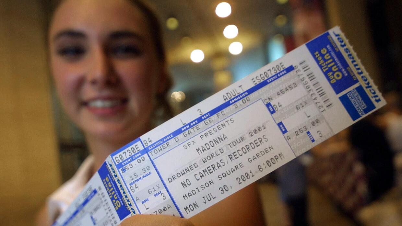 Mujer con boleto para Madonna