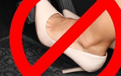 Por qué no debes conducir tu carro con tacones altos