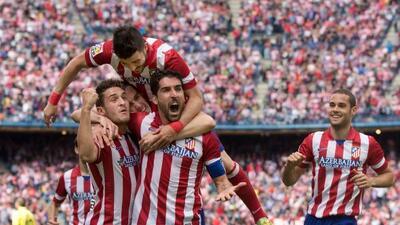 El Atlético se aferró a la cima de la liga por una semana más.