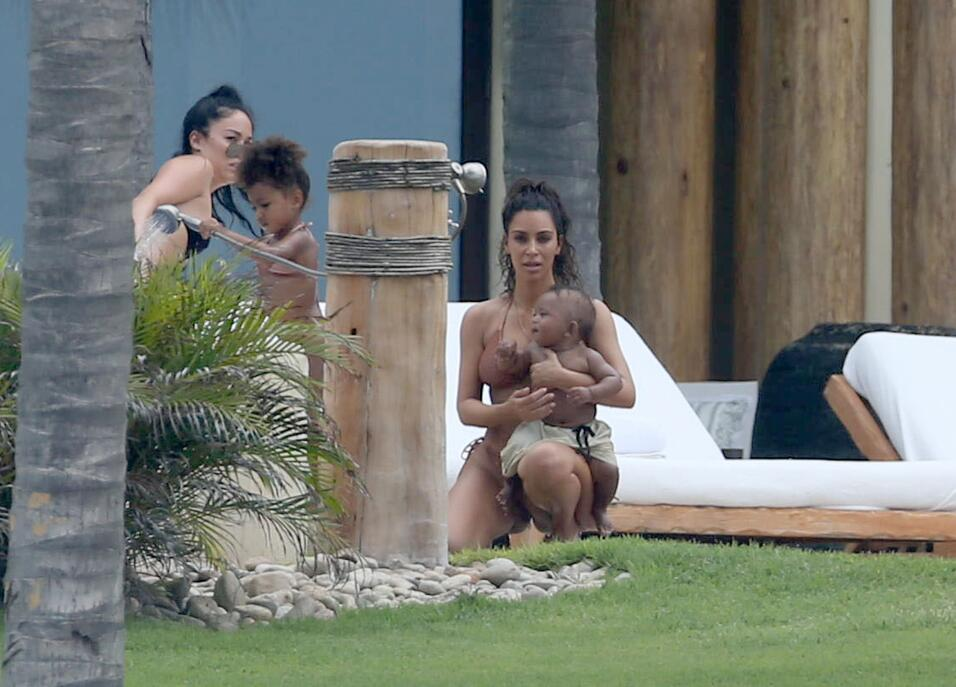 Kim Kardashian con Nori y Saint en México