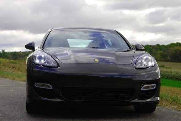 El frente tiene muchos puntos de contacto con el Porsche 911 y el diseño...