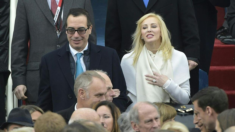 El secretario del Tesoro, Steven Mnuchin, y su actual esposa, Louise Lin...