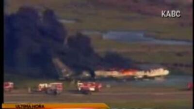 De acuerdo a los bomberos la aeronave transportaba 150 mil libras de com...