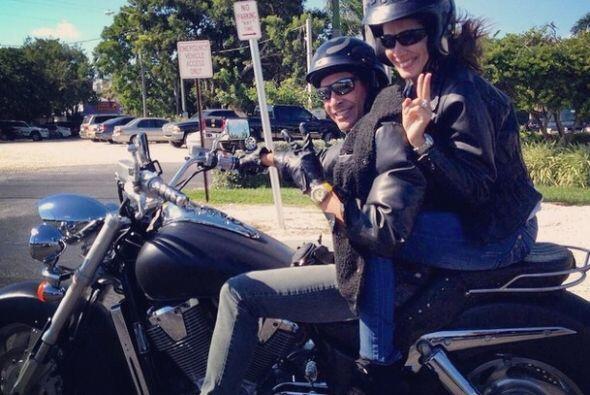 """Hasta que por fin @sandymelendez2 se monto en mi moto"", dijo Johnny Loz..."