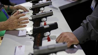 Pistolas en exhibición en la Convención de la Asociación Nacional del Ri...