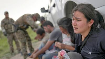 Los rostros desesperados de mexicanos, brasileños y dominicanos durante un día de arrestos en Los Ebanos, Texas