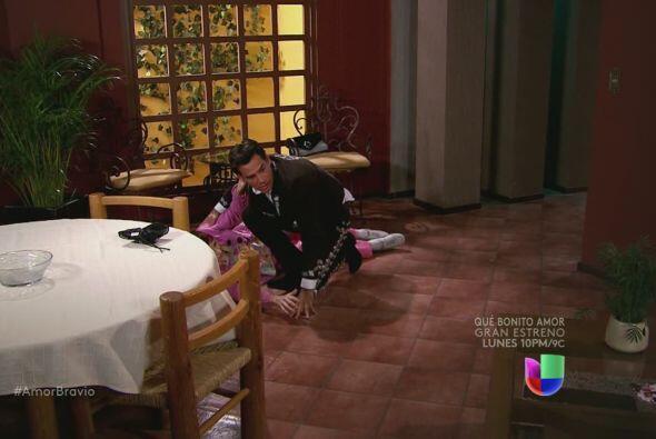 Daniel llega a su casa y ve a Miriam en el suelo.