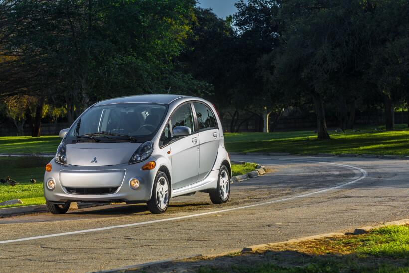 Este auto está equipado con un conjunto de baterías de iones de litio de...