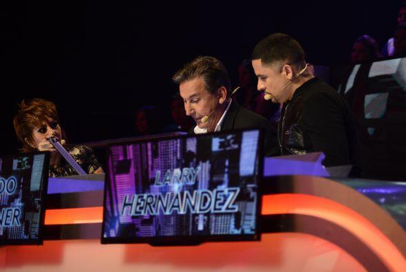Alejandra, Ricardo y Larry deliberando.