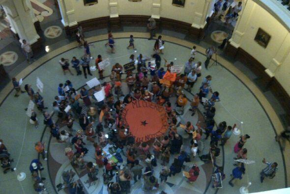 Activistas se han congregado dentro del Capitolio estatal en Austin para...