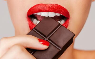 Chocolate oscuro ayuda a regular el peso, según estudio