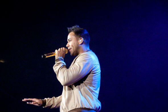 El rey de la bachata Romeo Santos se presento en el Allstate Arena de Ch...