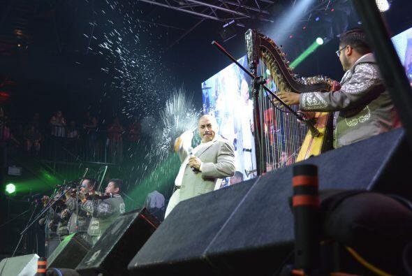 Como ya es su costumbre, también aventó cerveza en el escenario.  Fotos...