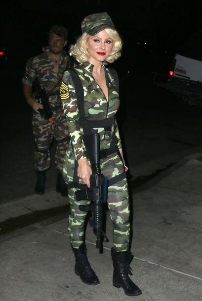 Maria Menounos también llevaba un sexy disfraz de 'G.I Jane'  pre...