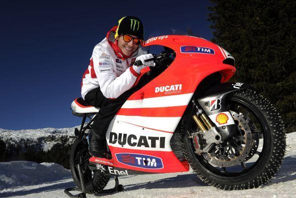 Mientras, el piloto Valentino Rossi, se subía a la nueva Ducati Seater.