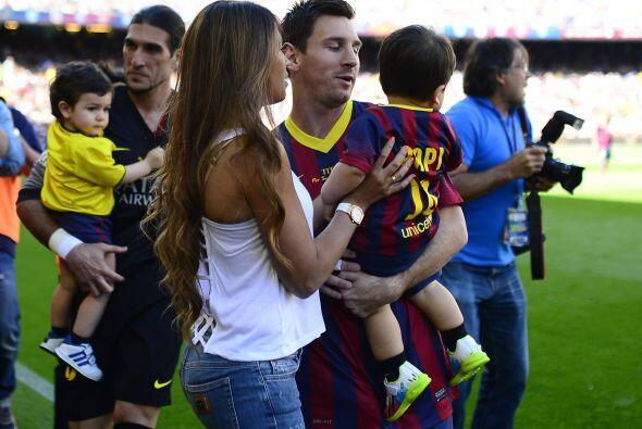 Tras la foto del equipo Lionel le regresó a Thiago a su esposa.Mira aquí...