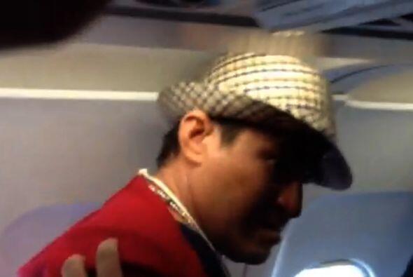 Con un sombrero y una sudadera roja, subió al avión con de...