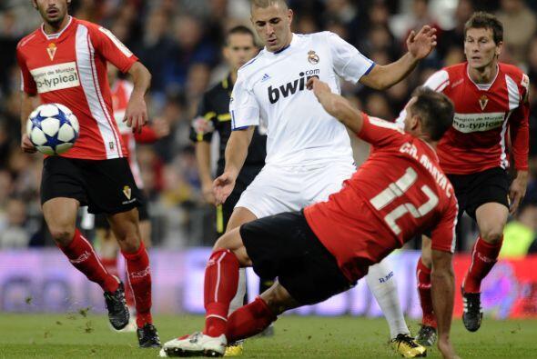 Karim Benzema buscaba su gol con insistencia, pero la puntería no estaba...