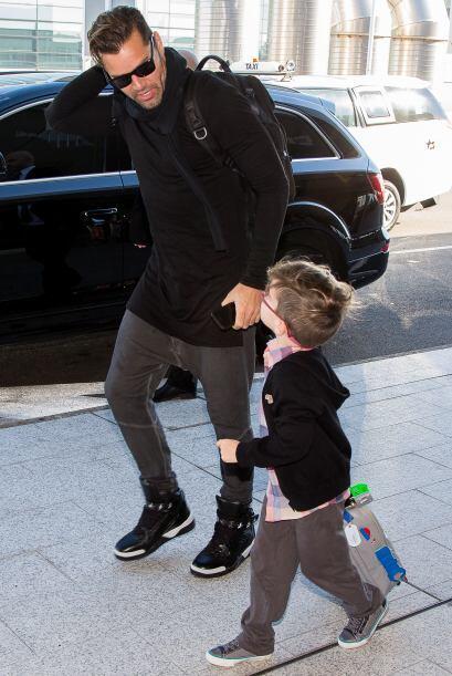 Mira más fotos de Ricky con Matteo y Valentino saliendo de Sydney. Más v...