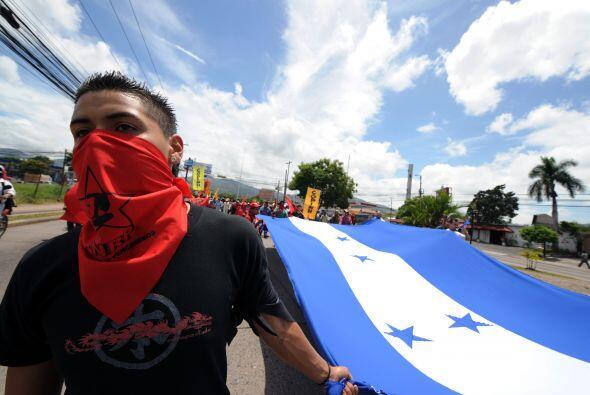 Además, los manifestantes arrancaron una bandera nacional que había sido...
