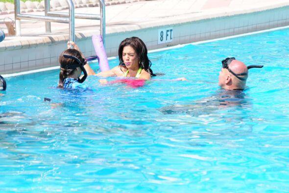 Posar debajo del agua con la ayuda de una pañoleta fue el nuevo reto par...