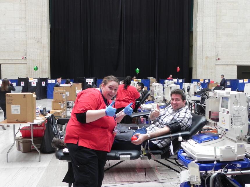 Cientos de personas fueron a donar sangre a Union Station.