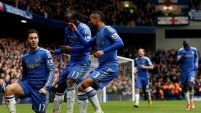 Los 'Blues' corren a felicitar a Hazard por el segundo tanto con el que...