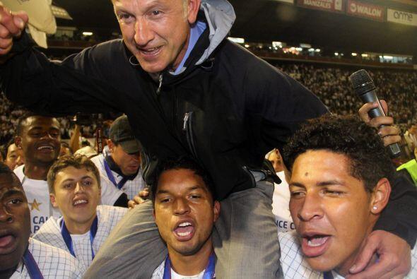 El técnico del campeón, Juan Carlos Osorio, es llevado en...