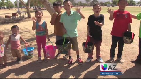 Residentes de Arizona se divierten en la tradicional búsqueda de huevos...