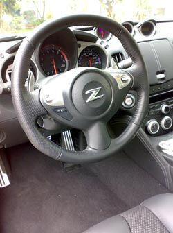 El volante tiene excelente agarre y es un gran intermediario entre la di...