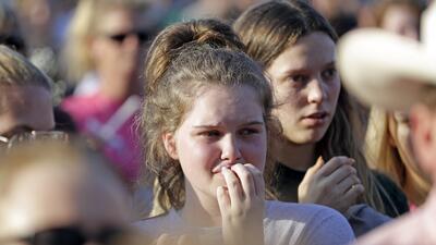 Gobernador de Texas propone incrementar la presencia de agentes y maestros armados en las escuelas