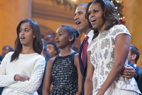En la celebración, la familia presidencial entonó los villancicos típico...