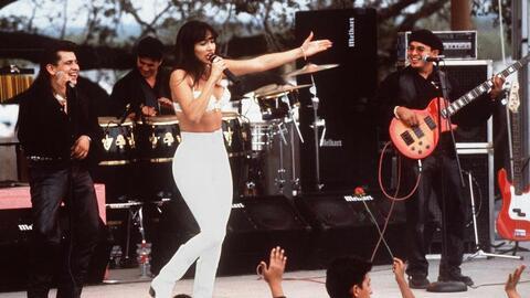 Esta escena de la película Selena, interpretada por Jennier López, muest...