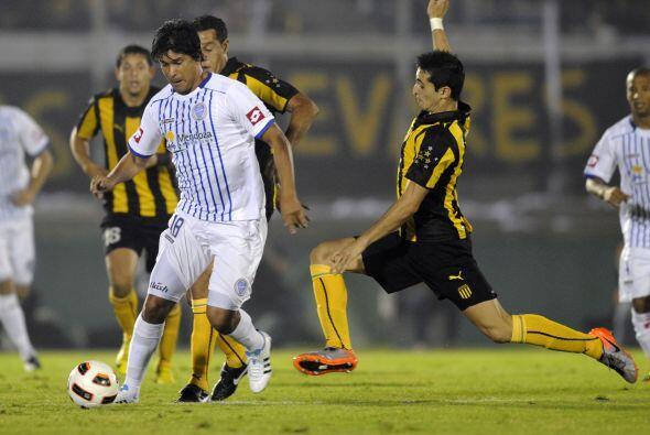 Tras unos minutos iniciales de tanteo, Peñarol comenzó a ejercer su domi...